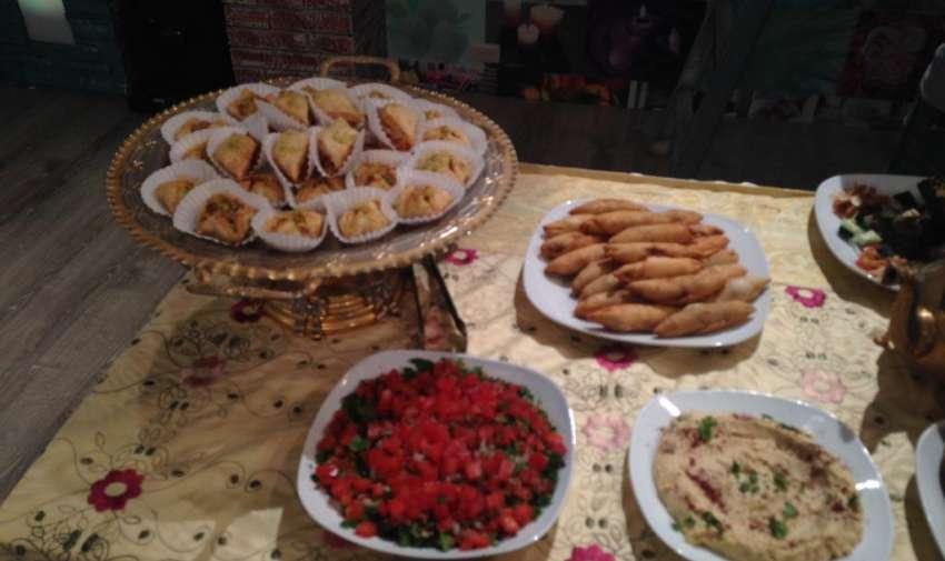 """Mahmul, deditos de nuez, hummus entre otras variedades de bocaditos árabes de """"Le Bistrop"""" comida libanesa. Foto: Ecuavisa"""