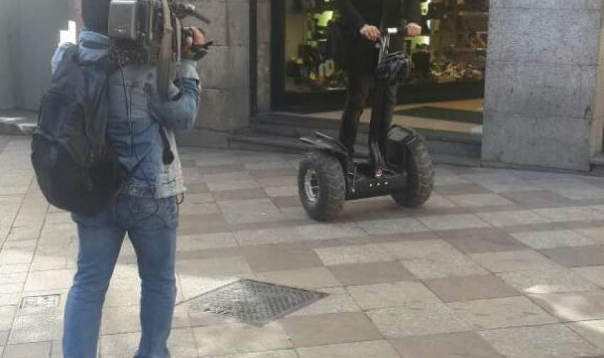 Jonathan Estrada, presentador de Ecuador Tiene Talento, por las calles de Madrid, grabando las promociones del programa. Foto: Ecuavisa
