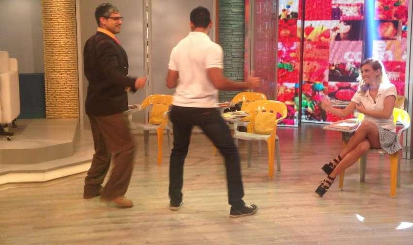 Gabriel intentando enseñarle a bailar al profesor Cachimundo. Foto: Ecuavisa