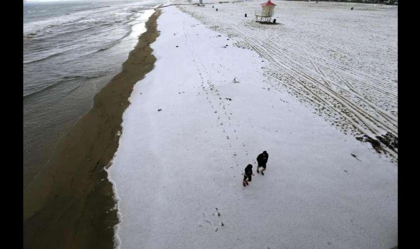 Las autoridades locales exhortaron a la población a mantenerse alejados de la playa, y de acuerdo con cifras de Sistema Nacional de Meteorología (NWS por sus siglas en inglés), Huntington Beach recibió una pulgada de granizo.