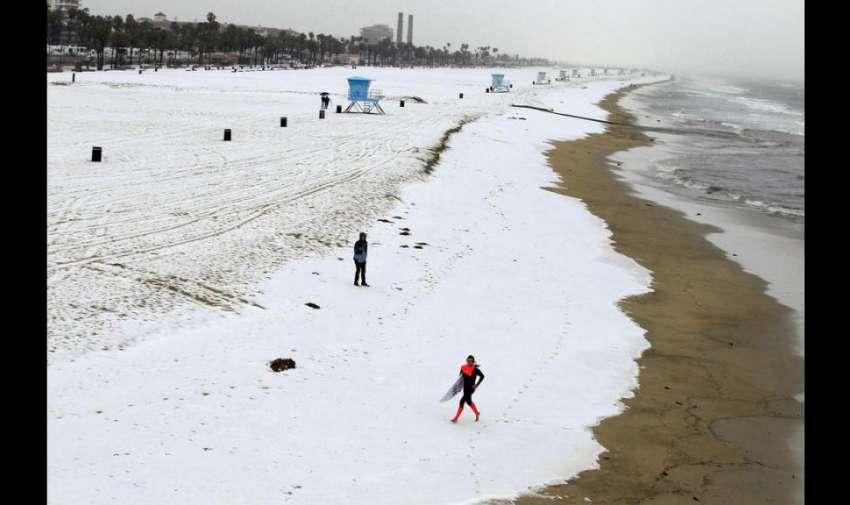 La capa de granizo creó la ilusión de que la nieve cubría el lugar y las personas publicaron en las redes sociales varias fotografías de los improvisados paisajes invernales.