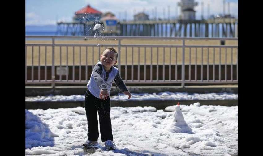 Una tormenta invernal trajo fuertes granizadas a la parte sur de California (Estados Unidos) y cubrió con un manto blanco la ciudad de Huntington Beach.