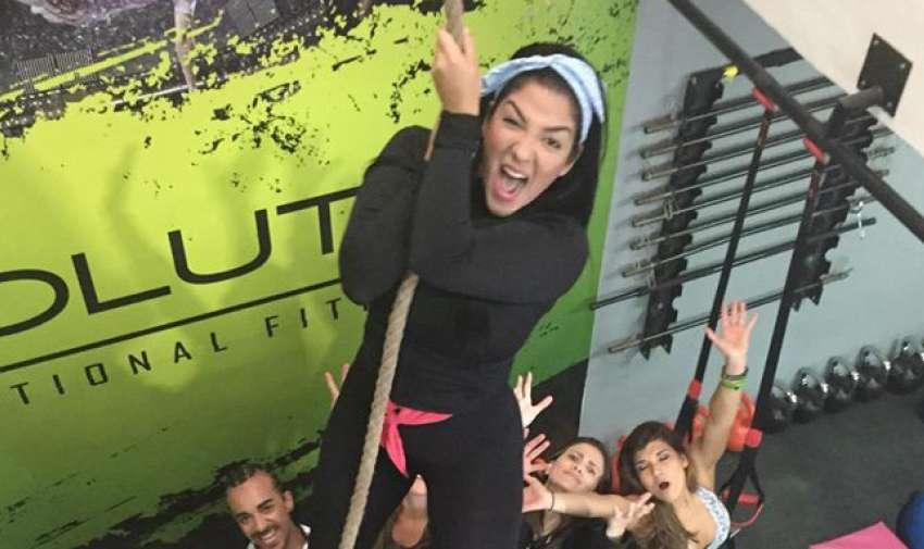 Los participantes impulsan a Nicole para llegar más alto.