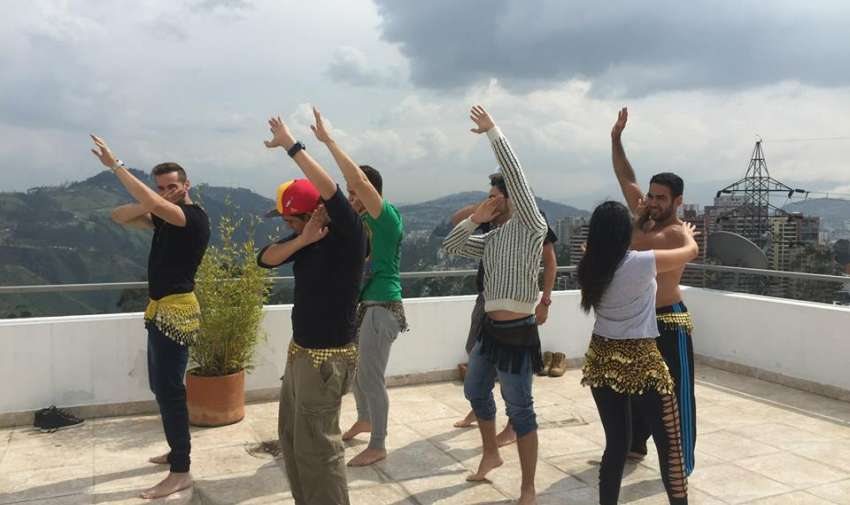 Sathya enseña a los impuntuales a bailar danza árabe.