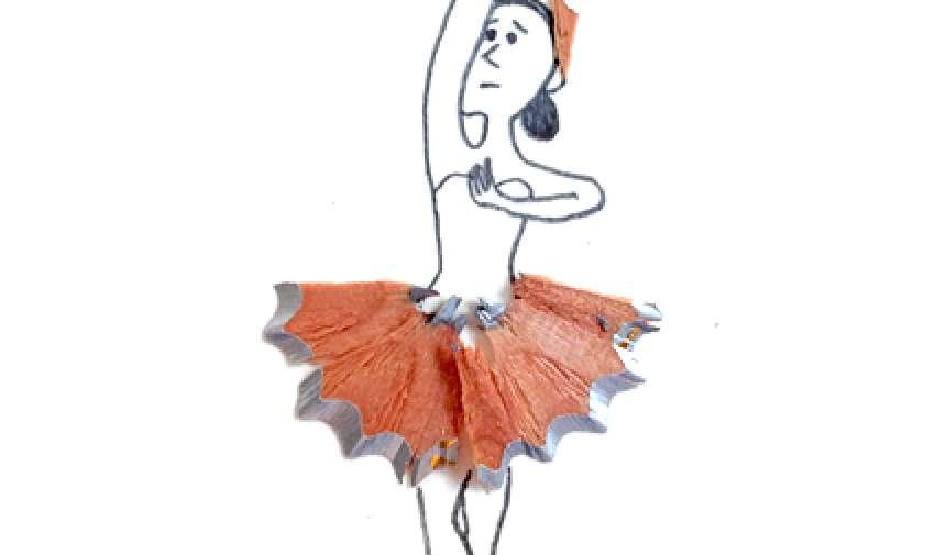 """Cuando la diseñadora gráfica Marta Altes saca punta a sus lápices, no tira las las virutas a la papelera, sino que convierte este material inservible en un capote de un torero, una melena de un león, un tutu de una bailarina… Una curiosa y original manera de reciclar dándole una nueva vida a la """"viruta""""."""
