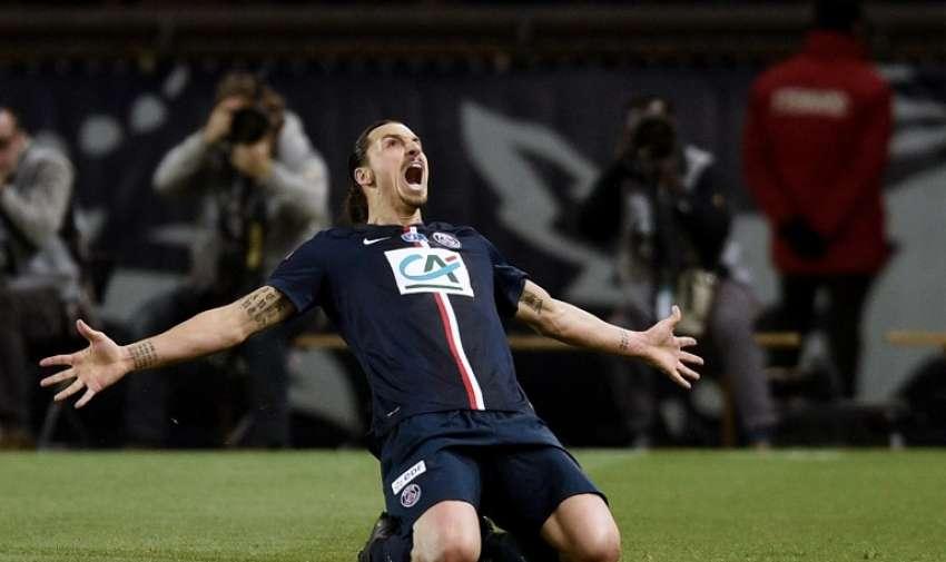 Delantero sueco del Paris Saint - Germain Zlatan Ibrahimovic celebra después de anotar un gol durante el partido de fútbol semi - final de la Copa francesa Paris Saint - Germain (PSG ) vs Saint- Etienne ( ASSE ) el 8 de abril de 2015 a la estadio Parc des Princes en París. AFP