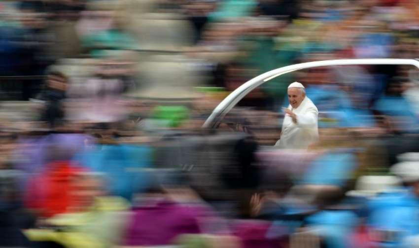 El Papa Francisco saluda a la multitud desde el papamóvil después de la misa de Pascua el 5 de abril de 2015, de Vaticano.  AFP