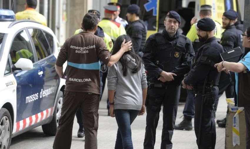 Los agentes de policía de pie junto a una ambulancia en el Joan Fuste Institue en Barcelona el 20 de abril 2015. AFP