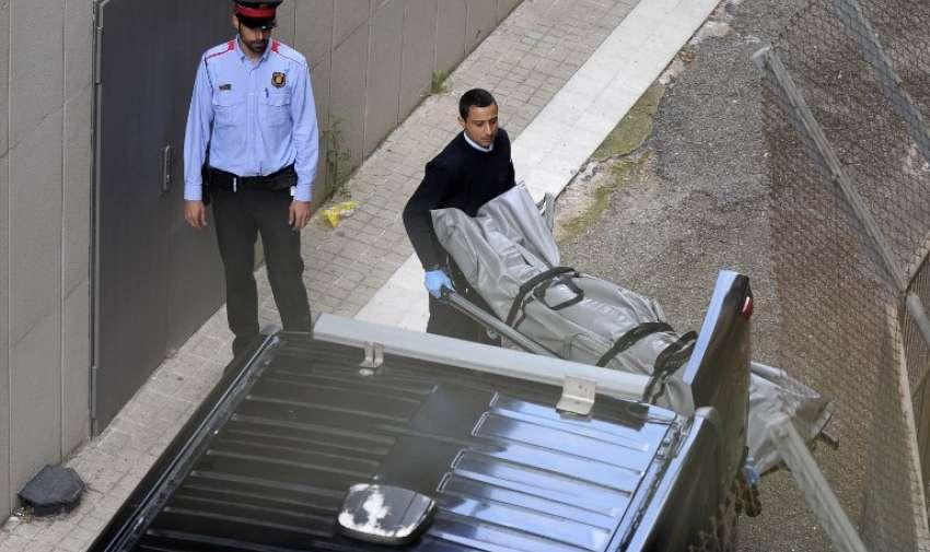 Autoridades retiran el cuerpo del profesor que fue asesinado por un estudiante con una ballesta. AFP