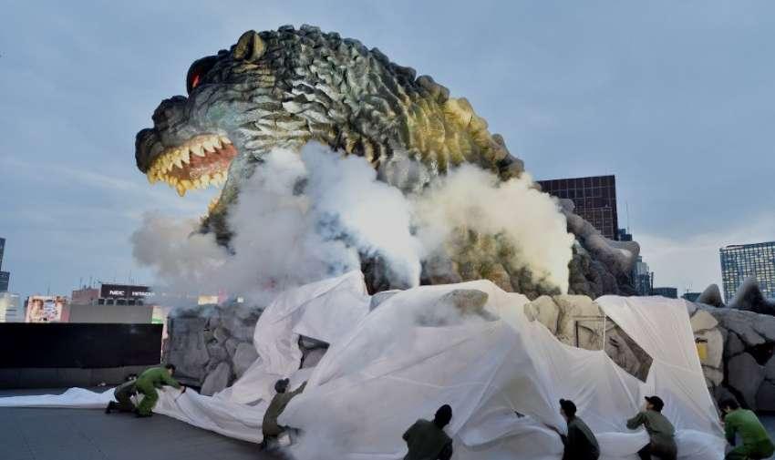 A tamaño natural cabeza Godzilla en un balcón del octavo piso del Hotel Gracery Shinjuku se muestra durante la ceremonia de presentación oficial en el distrito comercial de Kabukicho en Tokio el 9 de abril de 2015. AFP
