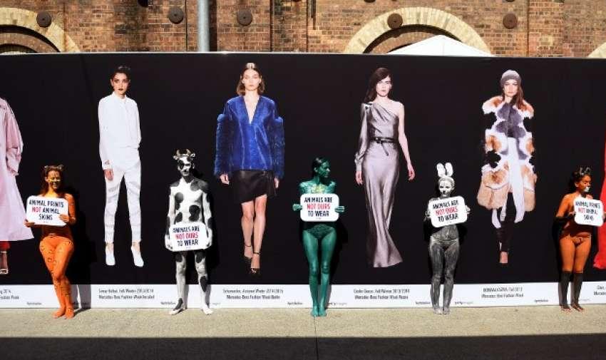AUSTRALIA.- En Australia cinco personas pintaron sus cuerpos en contra del uso de piel de animales en la Semana de la Moda
