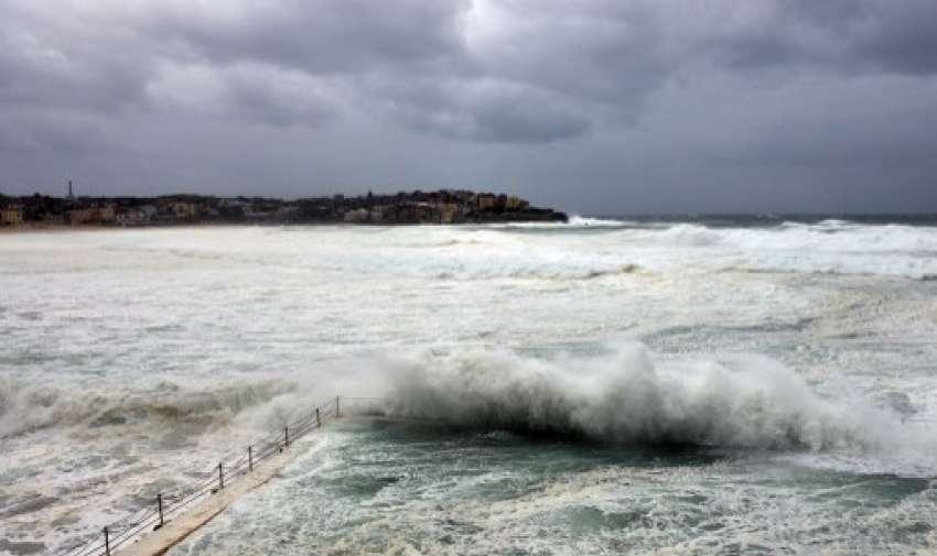 Gigantescas olas y fuertes vientos en la playa de Bondi en Sydney el 21 de abril de 2015. AFP