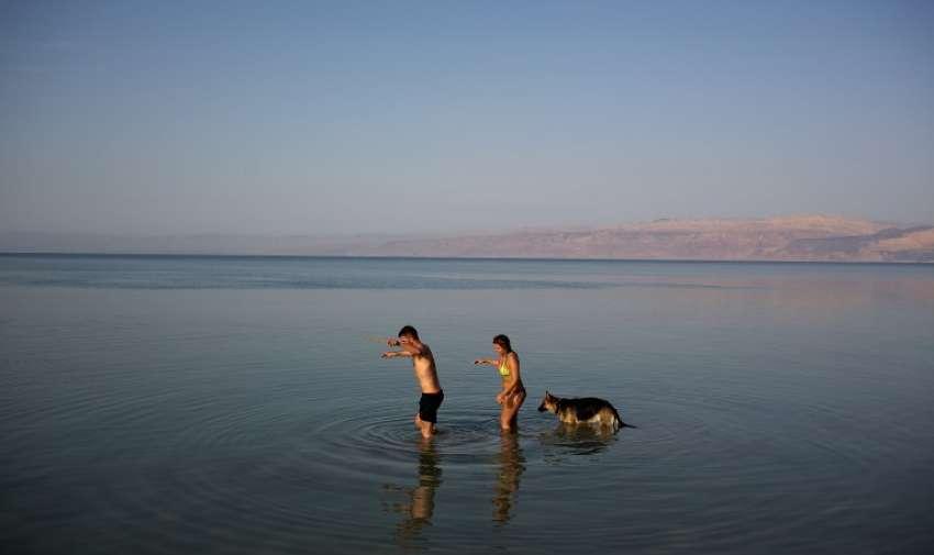 Israelíes disfrutan del mar muerto el 7 de abril de 2015. Miles de israelíes pasaron el día al aire libre , picnic y recorrer el país durante las vacaciones de Pascua de ocho días , que conmemora el éxodo de los israelitas de Egipto hace unos 3.500 años . AFP