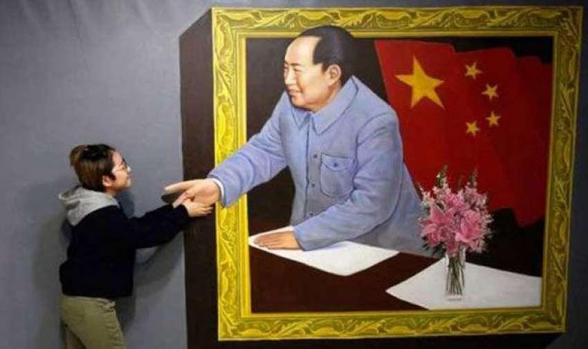 Epresidente chino, Mao Zedong, parece resucitar de su vida y salir a dar saludar a una ciudadana china.