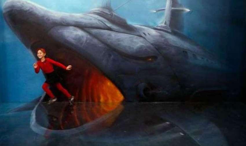 Una niña corriendo e intentando escapar de las fauces de un enorme tiburón.