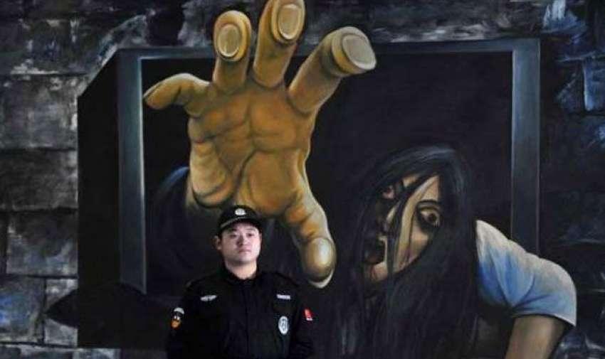 La niña de la película The ring hecha realidad en una pintura y dispuesta de atrapar la cabeza del hombre con solo la palma de la mano.
