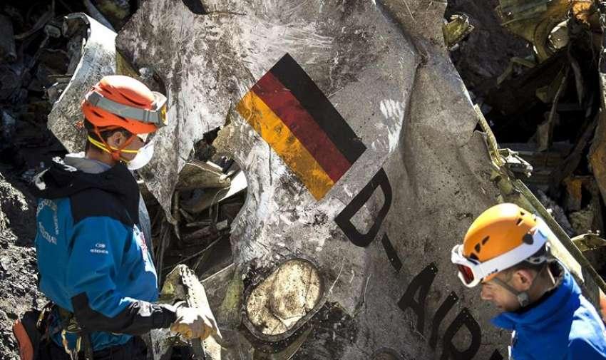Fotografía facilitada por el Ministerio de Interior galo hoy miércoles 1 de abril de 2015 que muestra a un integrante de los equipos de rescate en el lugar de la catástrofe aérea del Airbus A320 de Germanwings que cubría la ruta Barcelona-Düsseldorf en los Alpes franceses, cerca de Seyne les Alpes (Francia). EFE/