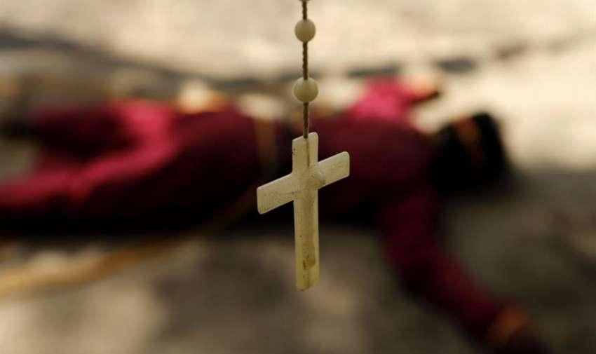 Un penitente se tumba en el suelo durante una procesión de Jueves Santo en Mabalacat en la provincia de Pampanga al norte de Manila (Filipinas) hoy, jueves 2 de abril de 2015. EFE