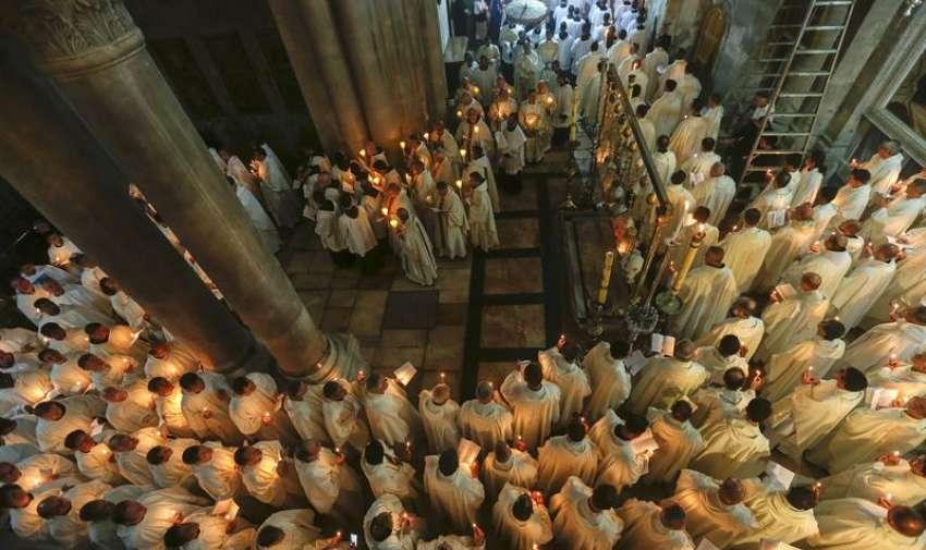 Clérigos católicos participan en una procesión en el interior de la Iglesia del Santo Sepulcro con motivo del Jueves Santo, en la Ciudad Vieja de Jerusalén (Israel). EFE