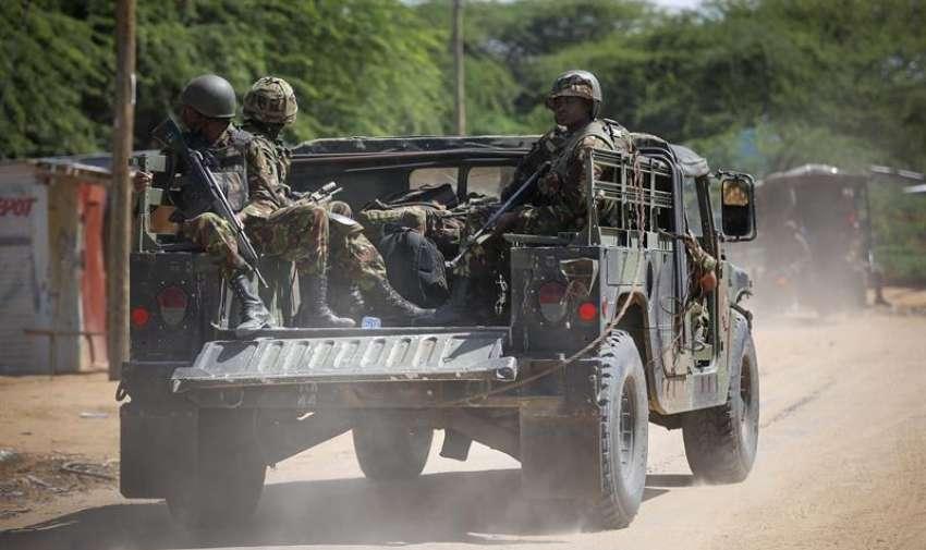Soldados de las Fuerzas de Defensa de Kenia se dirigen a la Universidad de Garissa, en el este de Kenia, donde al menos 15 personas han muerto y otras 65 han resultado heridas en un ataque con rehenes reivindicado por el grupo islamista Al Shabab. EFE