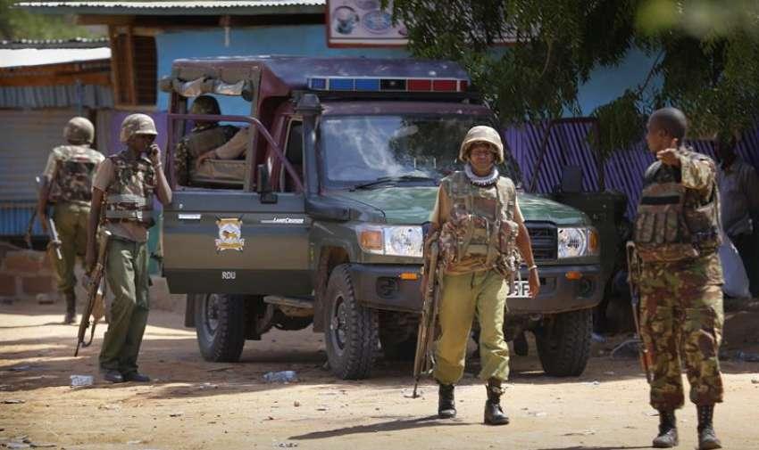 Soldados de las Fuerzas de Defensa de Kenia llegan a la Universidad de Garissa, en el este de Kenia. EFE