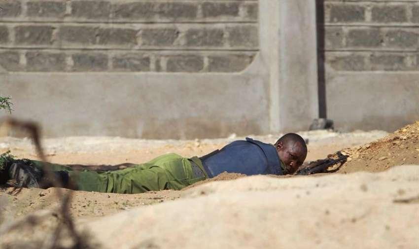 Un soldado keniata se pone a cubierto durante el ataque con toma de rehenes perpetrado en la Universidad de Garissa, en el este de Kenia. EFE