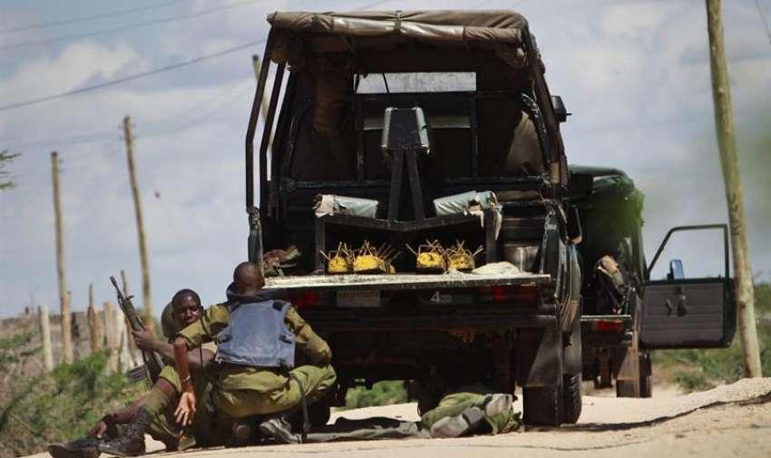 Soldados keniatas se ponen a cubierto durante un ataque con toma de rehenes perpetrado en la Universidad de Garissa, en el este de Kenia, hoy, jueves 2 de abril de 2015. EFE