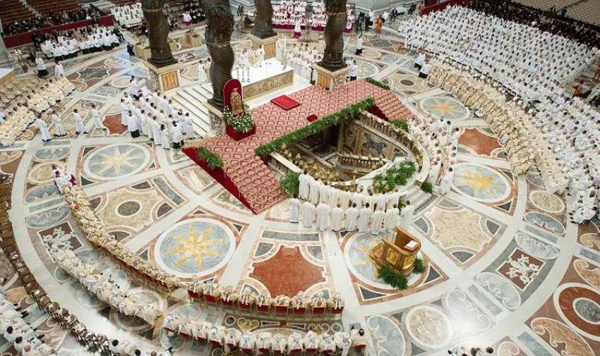 Fotografía facilitada por el Osservatore Romano que muestra una vista aérea de la misa de Jueves Santo celebrada en la Basílica de San Pedro en el Vaticano hoy 2 de abril de 2015. EFE
