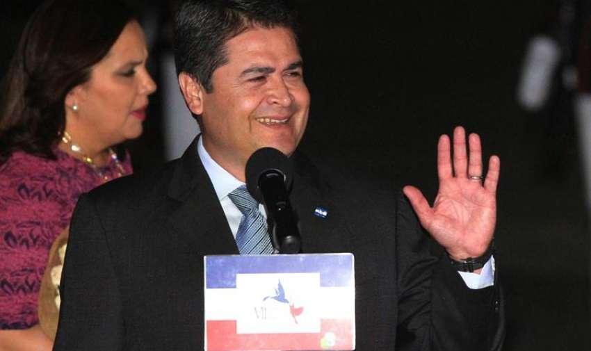 .El presidente de Honduras, Juan Orlando Hernández, habla en la Ciudad de Panamá hoy, jueves 9 de abril de 2015, previo a su participación en la VII Cumbre de jefes de Estado y de Gobierno de las Américas que se celebrará este viernes en Panamá. EFE