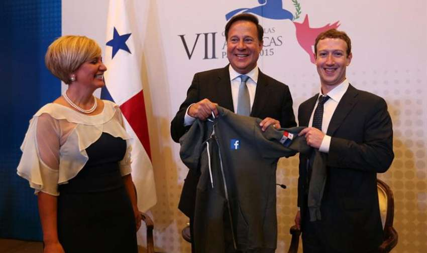 Fotografía oficial cedida por el Gobierno de Panamá del presidente de Panamá, Juan Carlos Varela (c), posando con el fundador de Facebook, Mark Zuckerberg (d), durante la cumbre empresarial II CEO Summit of the Americas hoy, jueves 9 de abril de 2015, en Ciudad de Panamá. EFE