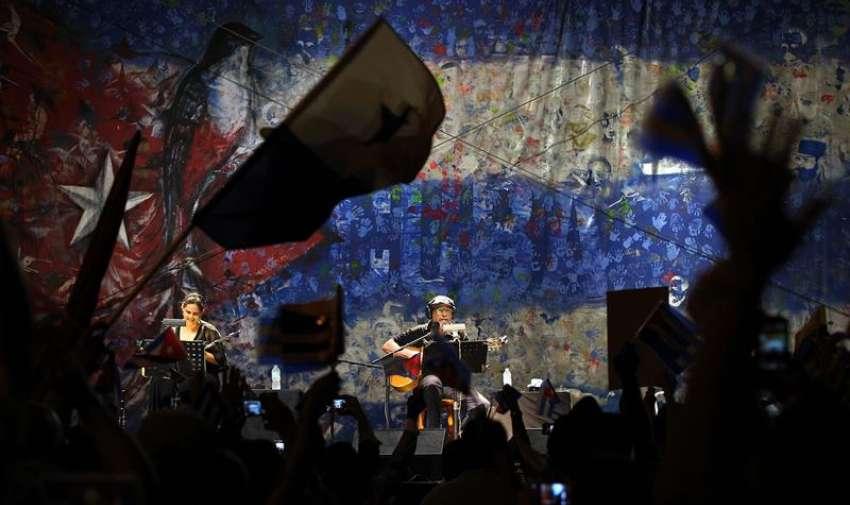 El músico cubano Silvio Rodríguez se presenta hoy, jueves 9 de abril de 2015, durante un concierto inaugural de la Cumbre de los Pueblos Sindical y de los Movimiento Sociales, donde se discuten planteamientos comunes de cara a los problemas sociales y económicos a los que se enfrentan los países de la región, en Ciudad de Panamá, paralela a la Cumbre de las Américas que se inicia el viernes en la capital panameña con la presencia de los jefes de Estado de la región. EFE