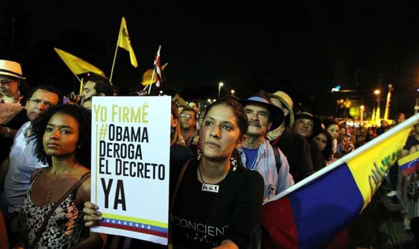Una asistente sostiene un cartel durante la presentación del músico cubano Silvio Rodríguez hoy, jueves 9 de abril de 2015, dentro de las actividades de la Cumbre de los Pueblos Sindical y de los Movimiento Sociales, donde se discuten planteamientos comunes de cara a los problemas sociales y económicos a los que se enfrentan los países de la región, en Ciudad de Panamá, paralela a la Cumbre de las Américas que se inicia el viernes en la capital panameña. EFE
