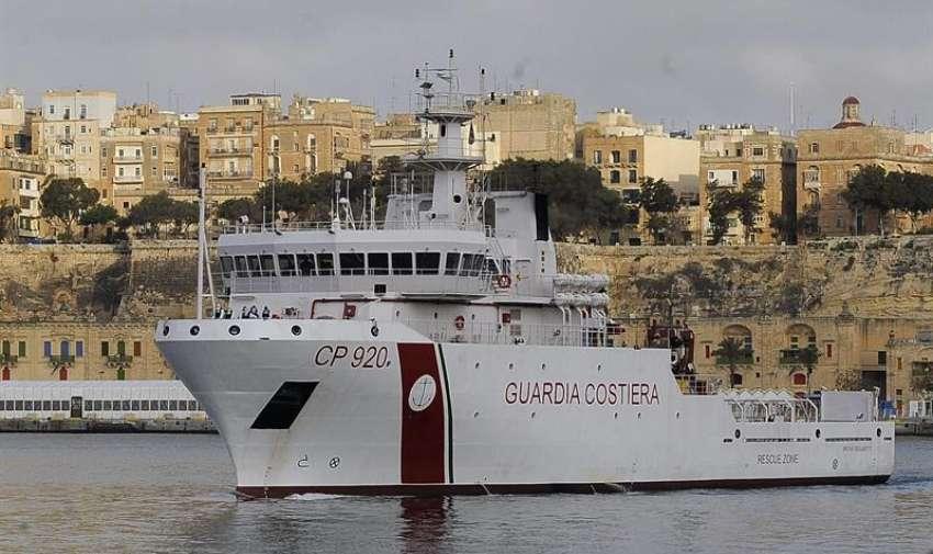 Miembros de la Guardia Costera italiana se preparan para desembarcar los cuerpos sin vida de 24 inmigrantes del barco Gregoretti en el puerto de la Valeta en Malta hoy, lunes 20 de abril de 2015.EFE