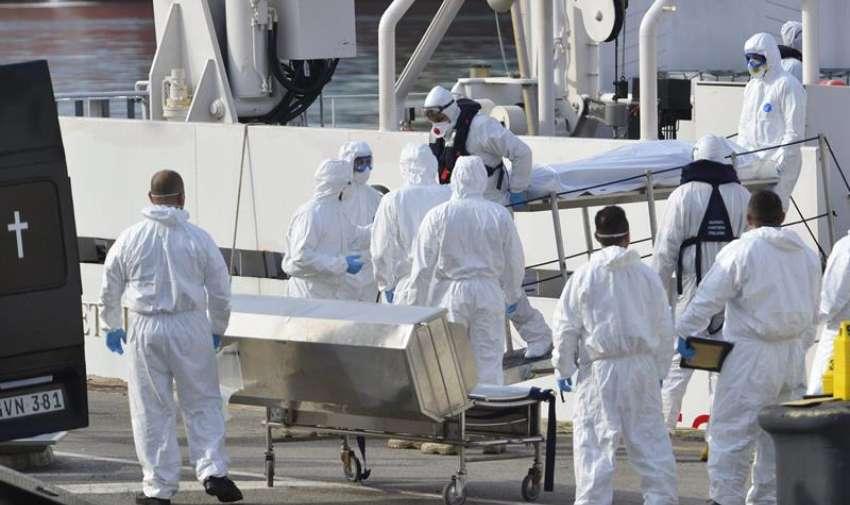 Miembros de la Guardia Costera italiana desembarcan los cuerpos sin vida de 24 inmigrantes del barco Gregoretti en el puerto de la Valeta en Malta hoy, lunes 20 de abril de 2015.EFE