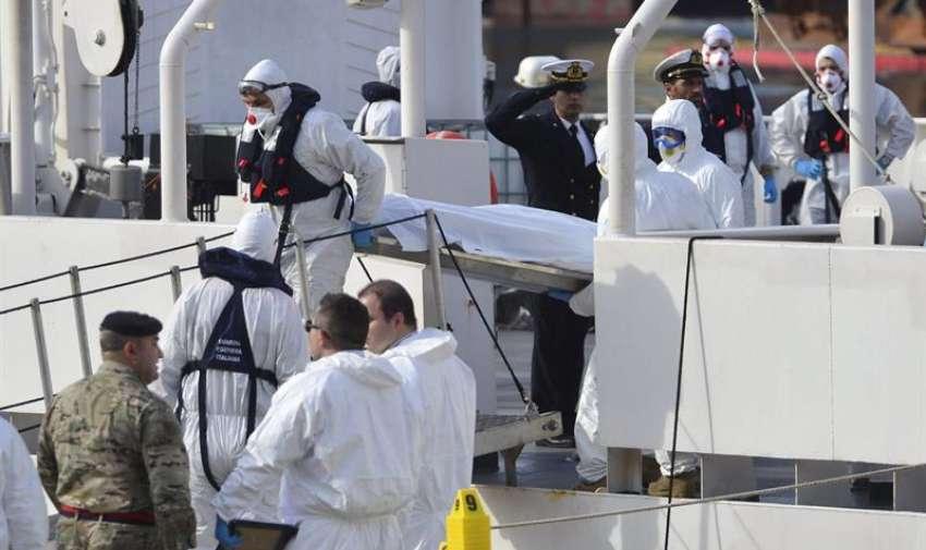 Miembros de la Guardia Costera italiana desembarcan los cuerpos sin vida de 24 inmigrantes del barco Gregoretti en el puerto de la Valeta en Malta hoy, lunes 20 de abril de 2015. EFE