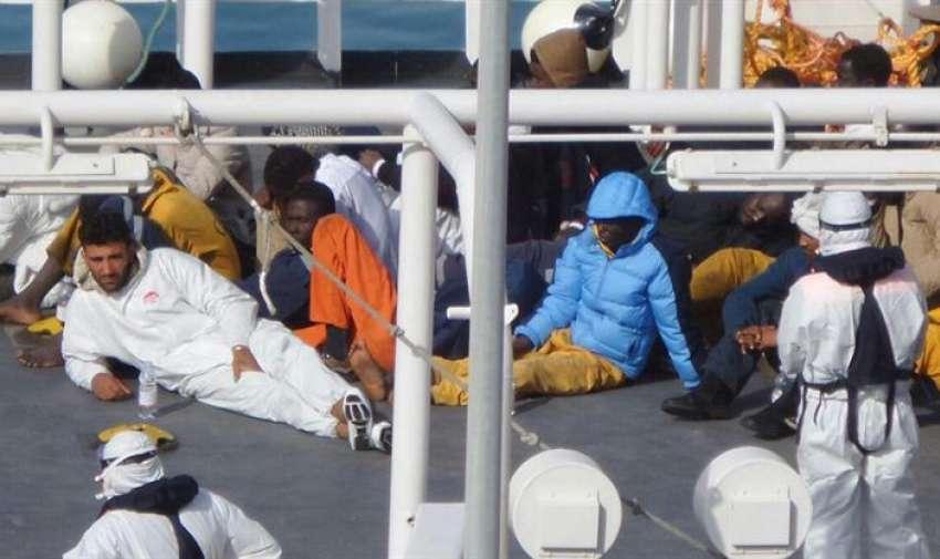 Inmigrantes descansan tras haber sido rescatados a bordo del barco Gregoretti en el puerto de la Valeta en Malta hoy, lunes 20 de abril de 2015. EFE