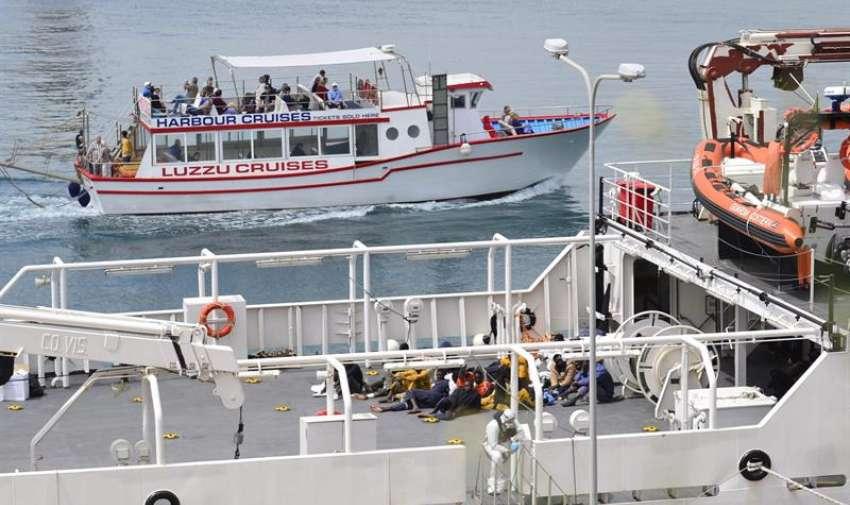 Los cadáveres de 24 inmigrantes del último naufragio en el Canal de Sicilia y 27 supervivientes llegaron hoy al puerto de La Valeta a bordo de una embarcación de la Guardia Costera italiana, informaron fuentes de dicho cuerpo. EFE