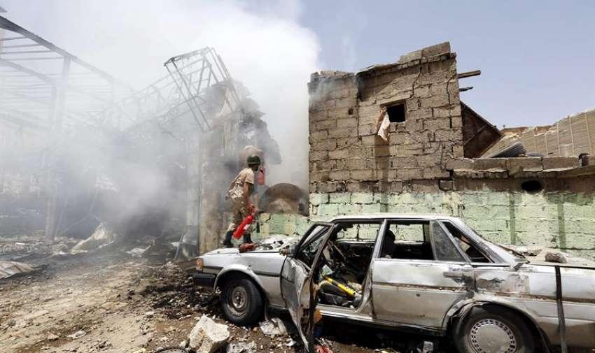 Un miliciano hutí intenta extinguir un fuego tras un supuesto bombardeo de la coalición árabe en Saná, Yemen, el 20 de abril del 2015. EFE