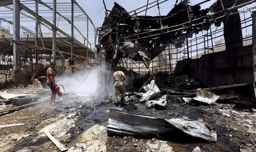 Un miliciano hutí intenta extinguir un fuego tras un supuesto bombardeo de la coalición árabe en Saná, Yemen, el 20 de abril del 2015. Los combates entre milicianos hutíes y fuerzas leales al presidente yemení, Abdo Rabu Mansur Hadi, prosiguen paralelamente a los ataques de la aviación de la coalición árabe contra posiciones de los rebeldes. EFE