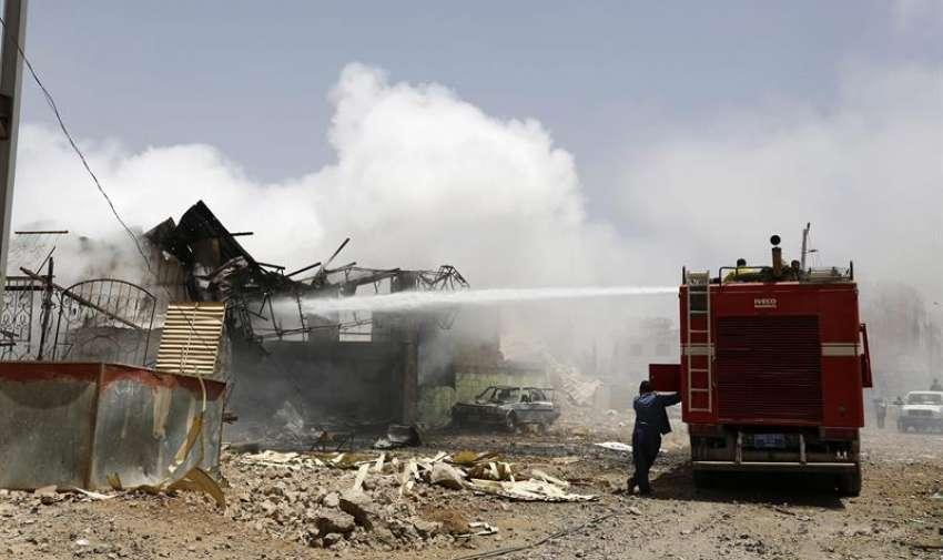 Un camión de bomberos participa en la extinción de un incendio tras un supuesto bombardeo de la coalición árabe en Saná, Yemen, el 20 de abril del 2015.