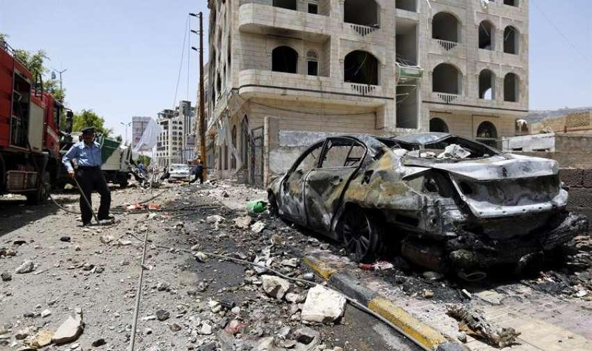 Un policía observa los daños tras un supuesto bombardeo de la coalición árabe en Saná, Yemen, el 20 de abril del 2015. EFE