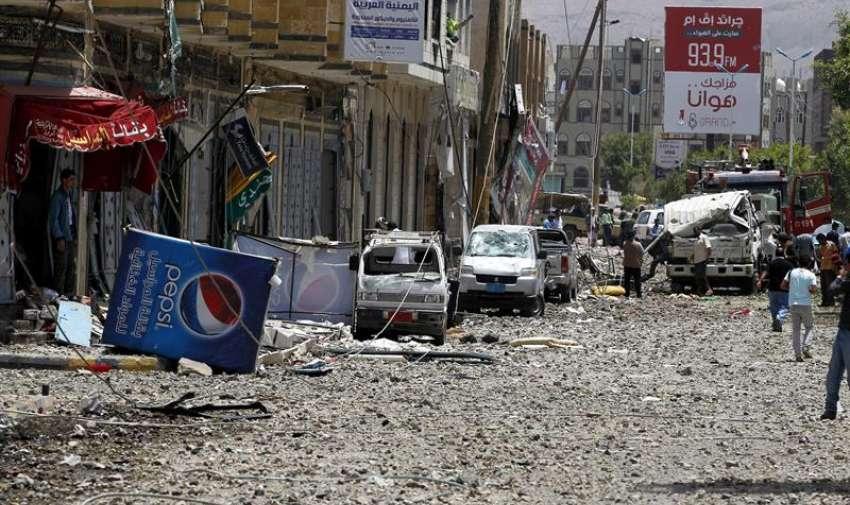 Varios yemeníes observan los daños tras un supuesto bombardeo de la coalición árabe en Saná, Yemen, el 20 de abril del 2015. EFE