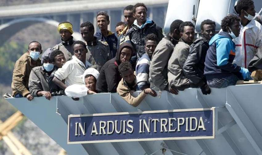 """Un grupo de 545 inmigrantes rescatados en las últimas horas en las aguas del canal de Sicilia llegan en el barco de la marina italiana """"Chimera"""" al puerto de Salerno, sur de Italia, el 22 de abril del 2015. EFE"""