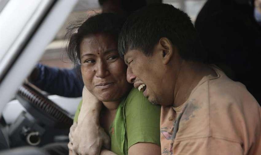 Un terremoto de 7,9 grados en la escala Richter dejó hoy cientos de muertos y heridos en Nepal, Foto: EFE
