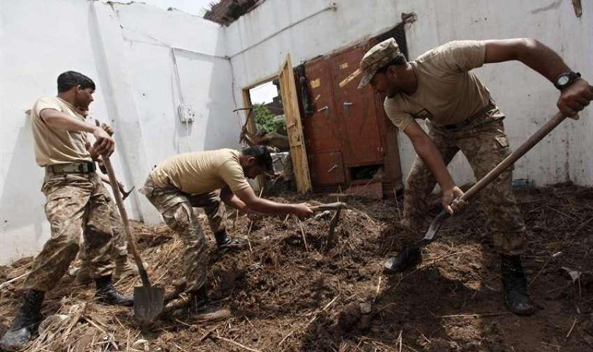Soldados del Ejército ayudan en las labores de limpieza en una de las áreas afectadas por las lluvias torrenciales en Peshawar (Pakistán) hoy, lunes 27 de abril de 2015. EFE