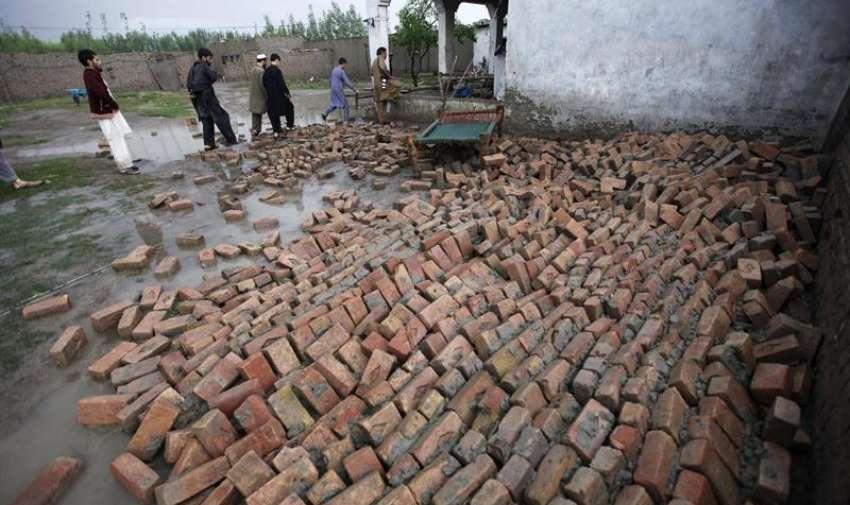 Los vecinos tratan de recuperar algunas pertenencias tras derrumbarse sus hogares en una de las áreas afectadas por las lluvias torrenciales en Peshawar (Pakistán) hoy, lunes 27 de abril de 2015. EFE