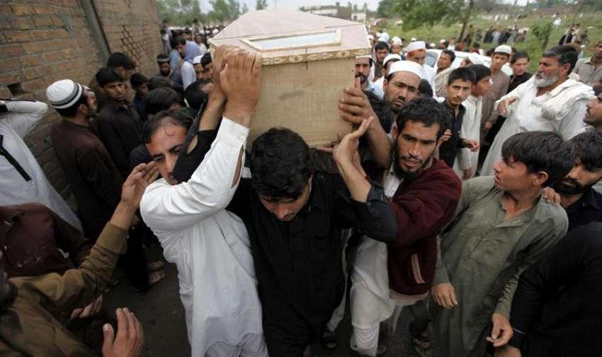Familiares y amigos llevan las tumbas de las víctimas de las lluvias durante un funeral en Peshawar (Pakistán). EFE