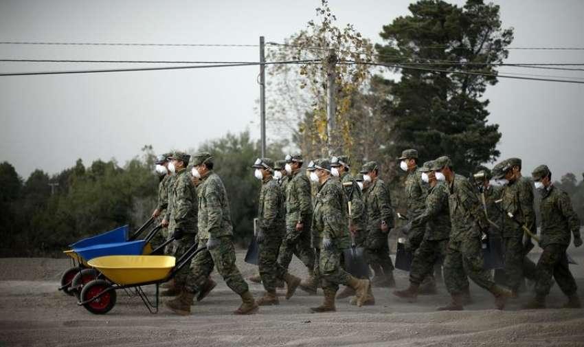Militares llegan para ayudar a despejar caminos y casas, tras la erupción del volcán Calbuco, en la localidad de Ensenada, en la región de Los Lagos, en sur de Chile. EFE