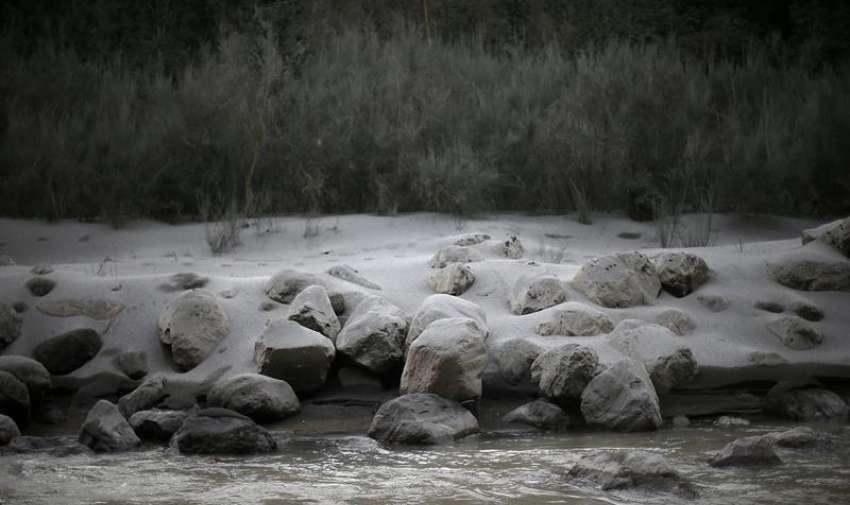 Fotografía del río Hueñu Hueñu de este lunes 27 de abril de 2015, tras la erupción del volcán Calbuco, en la localidad de Ensenada, en la región de Los Lagos (Chile).  EFE