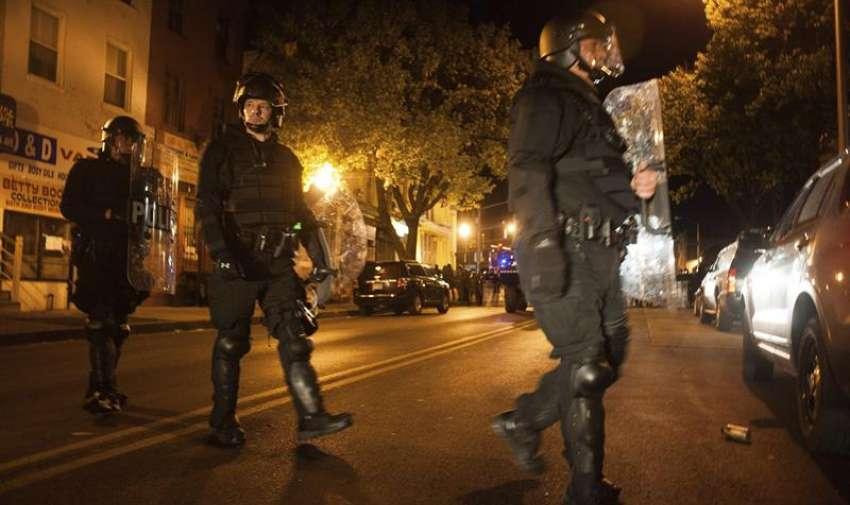 Policías y guardias nacionales patrullan la intersección de Cumberland con la avenida Pennsylvania durante los disturbios provocados por las protestas contra la muerte de Freddie Gray en Baltimore (Estados Unidos). EFE
